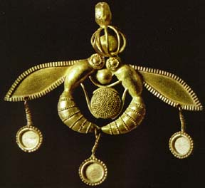 Minoan Bees Jewel Herakleion Archaeological Museum Gold Bee Pendant Cast gold found at Chrysolakos at Malia. The two bees are taking a drop of honey to the hive. metalworking 1800-1700 BC http://www.historywiz.com/galleries/bees.html