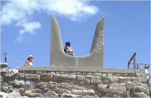 The reconstructed horns of consecration at Knossos, Jolle~commonswiki assumed (based on copyright claims). Public Domain https://commons.wikimedia.org/w/index.php?curid=726587